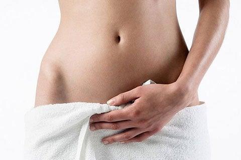 wagina z infekcją przykryta ręcznikiem