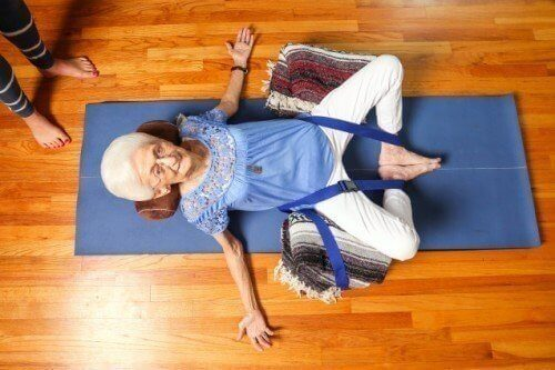 Starsza kobieta i joga