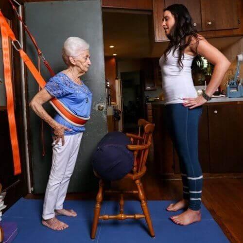 Starsza kobieta ćwicząca jogę