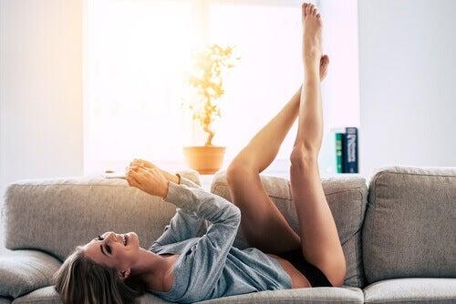 Kobieta na kanapie