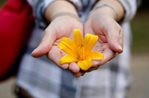 Białaczka symbolizowana przez kwiat w rękach