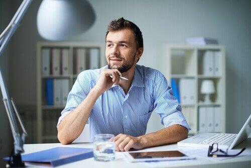 mężczyzna w pracy mający pozytywne nastawienie