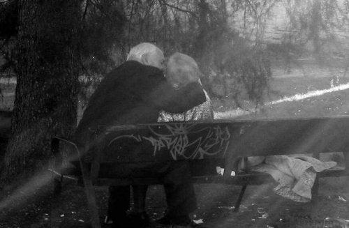 Starsi ludzie - pocałunek