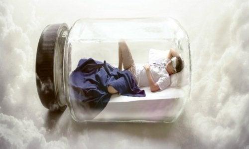 facet śpiący w słoiku