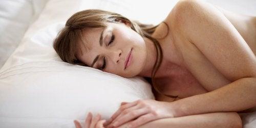 Spanie nago kobieta