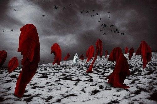 Czerwone tkaniny na śniegu
