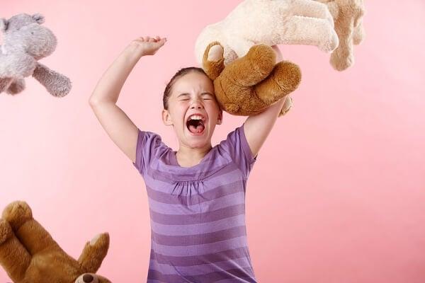 Dziecko rzuca maskotkami