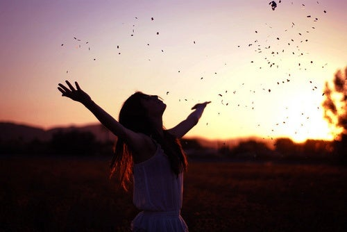 Radosna kobieta i zachód słońca