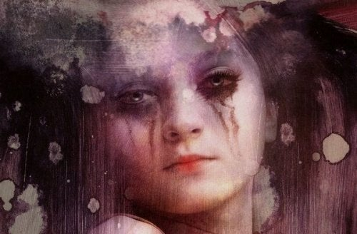 Dziewczyna z rozmazanym od łez makijażem
