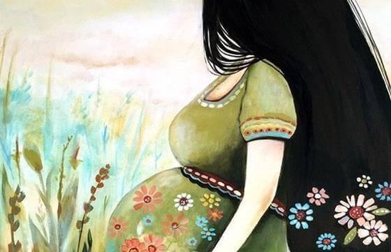 Kobieta w ciąży na tle kwiatów