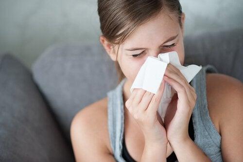 kobieta wydmuchuje nos