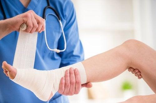 Bandażowanie zwichniętej stopy