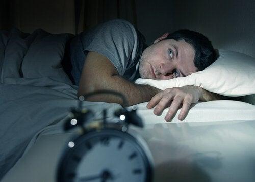 mężczyzna w łóżku - sen nie nadchodzi