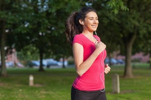 Kobieta w trakcie biegania