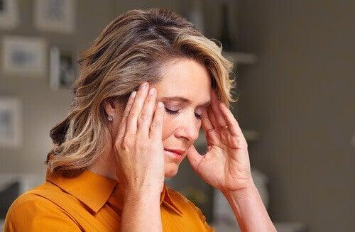 Kobieta z bólem główy.