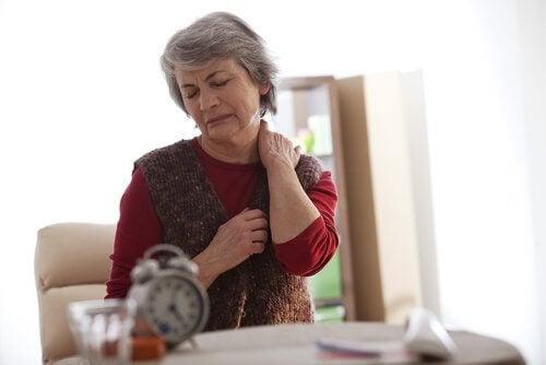 Starsza kobieta z bólem karku