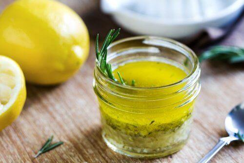 Cytryna i oliwa z oliwek.