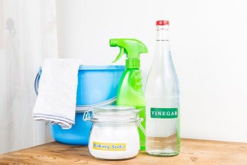 Detergenty i ocet na ubrania skurczone w praniu