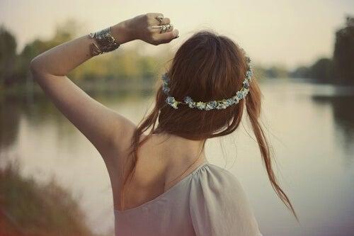 Dziewczyna z wiankiem na głowie - żyć pełnią życia
