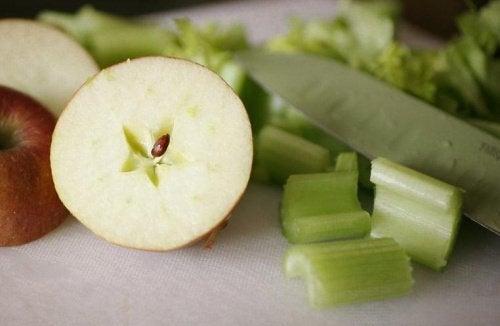 świeże jabłko i seler naciowy