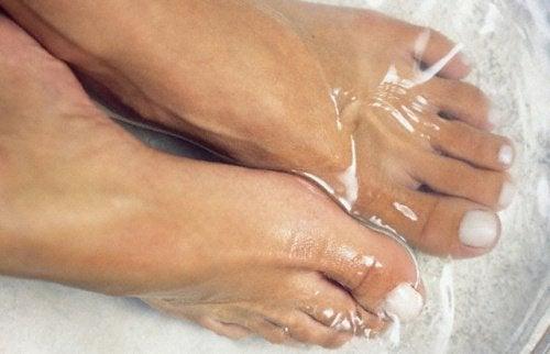 Zimna kąpiel stóp