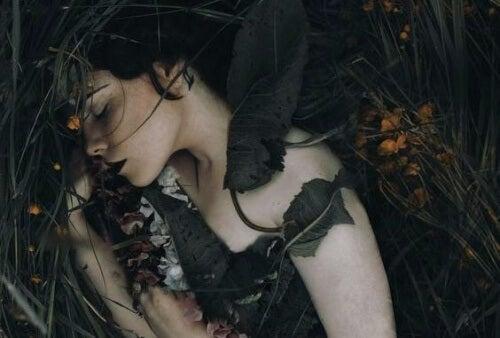 Śpiąca kobieta na łonie natury