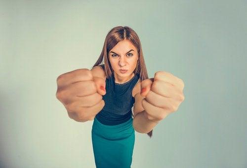 Zdenerwowana kobieta z zaciśniętymi pięściami - narzekanie na swój los