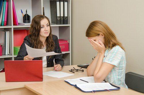Kobieta płacze w pracy: narzekanie