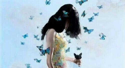Kobieta z motylami