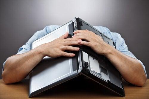 Mężczyzna z komputerem, rezygnacja