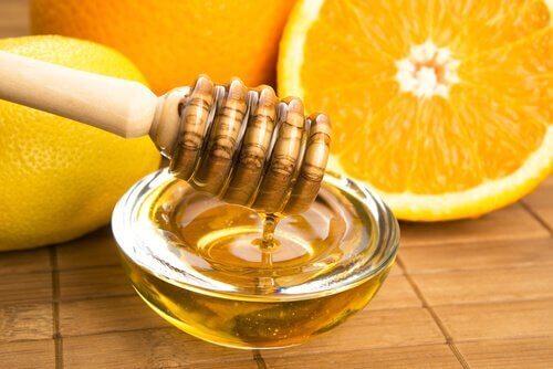 Miód i cytryna, a skóra dłoni
