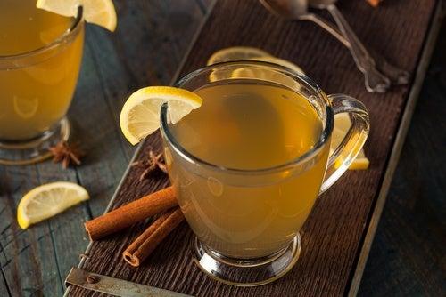 Napój cytryna i cynamon