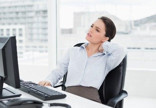 Pracująca kobieta z bólem szyi