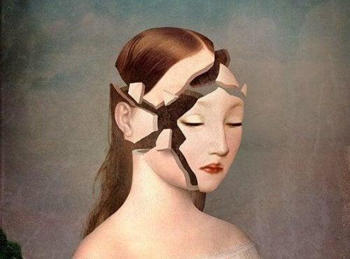 Rozbita szklana twarz kobiety a słowa