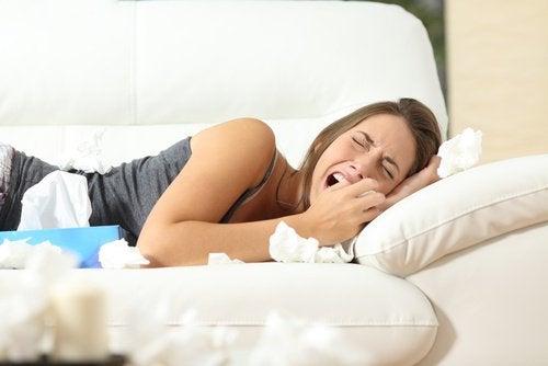 Kobieta płacze na łóżku