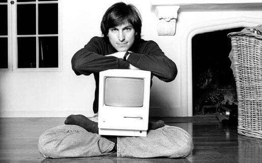 Młody Steve Jobs z komputerem