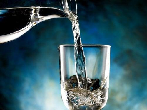 Dzbanek i szklanka wody zatrzymanie wody w organizmie