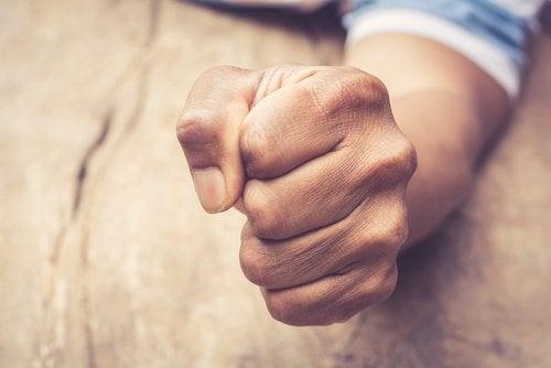 Zaciśnięta pięść - stłumiona złość