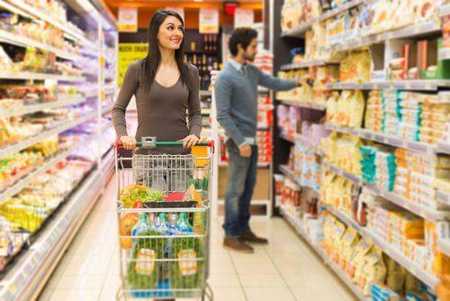 Kobieta na zakupach w supermarkecie