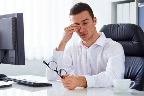 Zmęczony mężczyzna przeciera oczy
