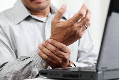 mężczyzna trzymający nadgarstek