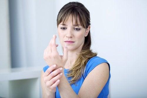 kobieta trzymająca się za nadgarstek