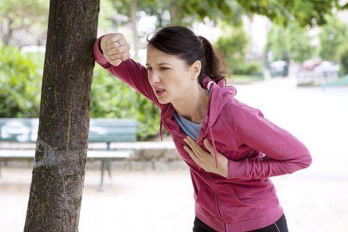 Zmęczona kobieta przy drzewie