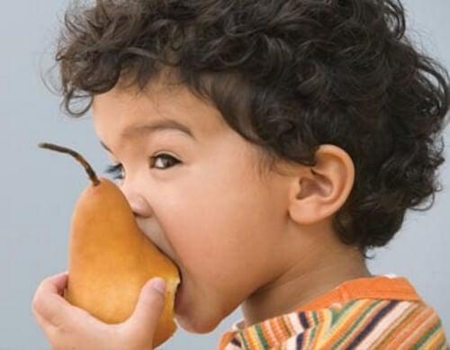 Chłopiec z gruszką