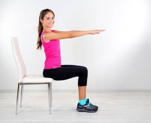 Kobieta ćwiczy na krześle - ćwiczenia Kegla