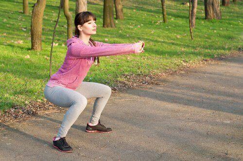 Kobieta robi przysiady - ćwiczenia Kegla
