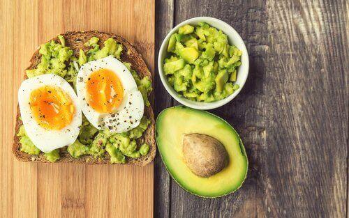 Jajko, awokado, kanapka z guacamole