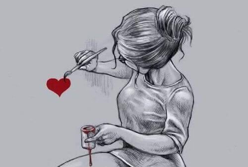 Kobieta maluje serce