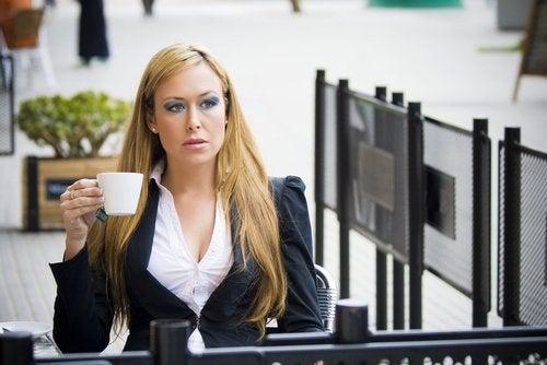 Kobieta czekająca w kawiarni - niepokój