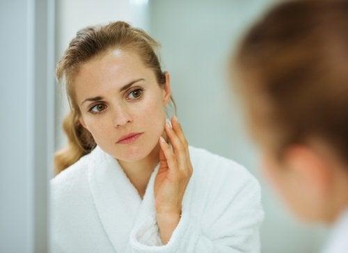kobieta-przed-lustrem
